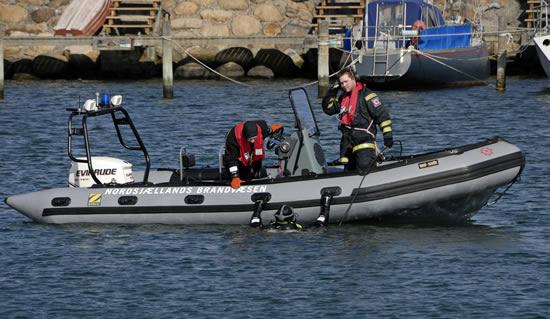 Her ses dykkermandskabet i aktion samt den nye Zodiac båd med den kraftige Evinrude motor.