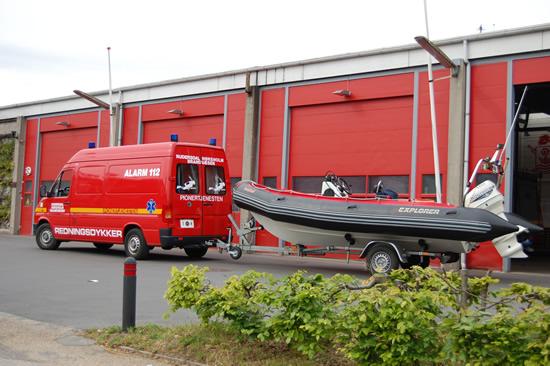 Her ser du det flotte vogntog med dykkervogn og redningsbåd klar til næste opgave.