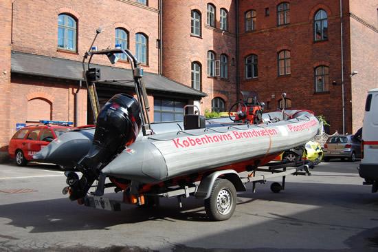 Her ser du den store fuldtudstyrede redningsbåd med den 70 hestes stærke Suzuki motor.